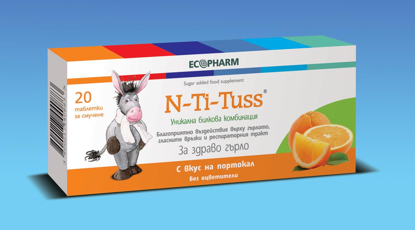 Описание на Ен-Ти-Тус с вкус на Портокал / N-Ti-Tuss Orange х20 таблетки за смучене - Ecopharm:      Ен-Ти-Тус с вкус на Портокал / N-Ti-Tuss Orange х20 таблетки за смучене на Ecopharm са бонбони на билкова основа, които помагат при възпалено гърло. Те съдържат специални растителни екстракти, които са извлечени от 12 различни билки, а комбинацията е разработена според принципите на индийското учение за здраве Аюрведа. Всяка една от включените билки притежава различен активен принцип на действие, като събрани заедно ефектът им се засилва. Ен-Ти-Тус оказва благоприятно действие при възпалено и подуто гърло, облекчава дразненето, дрезгавия и пресипнал глас и кашлицата и може да се приема още при първите симптоми на болка в гърлото или при понижен и дрезгав глас. При вирусни инфекции, свързани с болки в гърлото и кашлица, комбинацията от растителни екстракти облекчава болките и дразненето и в същото време има противовъзпалително и антиоксидантно действие. Включените билки са широко използвани в народната и в конвенционалната медицина, като повечето от тях са познати и като подправки в кулинарията, а в подходящи количества и комбинации те имат лечебна сила. Продуктът се предлага в четири различни вкуса - портокал, мед и лимон, ментол и евкалипт и ментол и джинджифил.      Състав на Ен-Ти-Тус с вкус на Портокал / N-Ti-Tuss Orange х20 таблетки за смучене - Ecopharm:      В една таблетка N-Ti-Tuss се съдържат 12 билки:  > Джинджифил (Zingiber officinale) – действа отхрачващо и противокашлично, използва се и като средство за понижаване на температурата;  > Плажен бадем (Terminalia bellerica) – действа антибактериално, отхрачващо и понижаващо температурата;  > Сладник (Glycyrrhiza glabra) – успокоява лигавицата на дихателните пътища, действа отхрачващо и противокашлично;  > Свещен босилек (Ocimum sanctum) – действа антиалергично;  > Орех малабар (Adhatoda vasica) - разширява стеснените от болестния процес бронхи, действа отхрачващо, успокоява кашлицата;  > Куркума (Adhatoda v