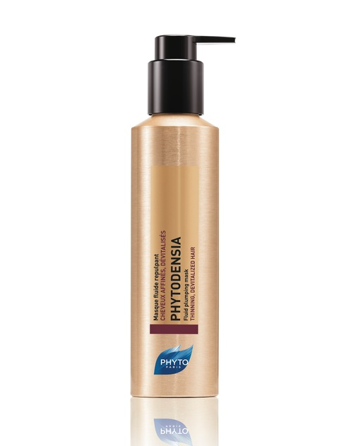 Описание наPHYTO PHYTODENSIA Уплътняваща Маска за Тънка и Безжизнена Коса х175 мл:     Този продукт на френската марка Фито представлява уплътняваща маска за тънка и безжизнена коса, която се препоръчва при: изтъняваща коса, без обем. Резултатите показват, че след употребата йкосата е подмладена, ревитализирана, с нов обем и плътност, а здравината и блясъкът са възстановени. Без съдържание на сулфати, силикон и парабени.Опаковката на маската e с флакон с накрайник от 175 мл.   Серията шампоан и маска PHYTODENSIA с противостареещ ефект въздейства насочено както върху скалпа, така и върху фибрите на косъма, за да възстанови обема и силата на косата. С възрастта косата изтънява, губи сила и блясък. Тези промени произтичат от скалпа, който се променя с времето, точно както и кожата. Метаболизмът в него се забавя и това оказва влияние на силата и вида на косата.    Състав наPHYTO PHYTODENSIA Уплътняваща Маска за Тънка и Безжизнена Коса х175 мл:     Състав:  - Екстракт от вернония – има регенеративно действие, в комбинация с пептиди за стимулиране растежа на косата; - Екстракт от грозде – богат на полифеноли, предпазва скалпа и корените на косата; - Колаген от акация – обгръща косъма и придава обем и блясък; - Хиалуронова киселина – прониква във вътрешността на косъма и създава обем.